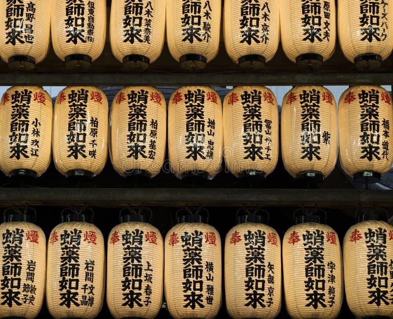 Kyoto, Japão - 16 de maio de 2017: Fileira das lanternas de papel no templo imagem de stock