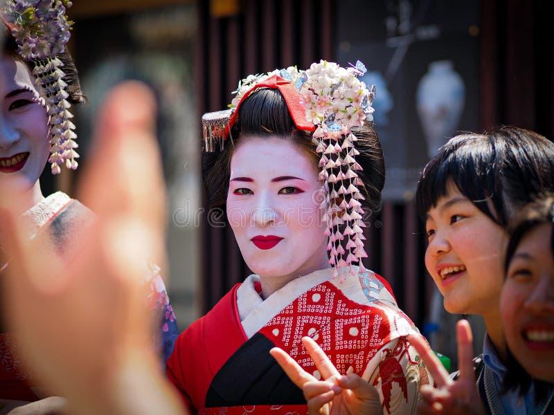 Kyoto, Japão - 10 de maio: Os sorrisos da gueixa na câmera no distrito famoso de Gion Geisha podem sobre 10, 2014 em Kyoto, Japão fotografia de stock royalty free