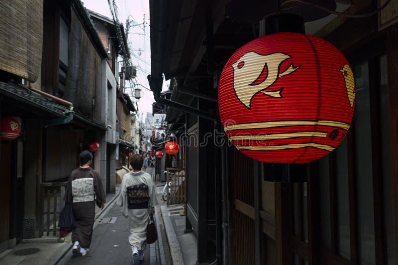 Kyoto, Japão - 17 de maio de 2017: Rua pequena no centro de Kyoto com w fotografia de stock