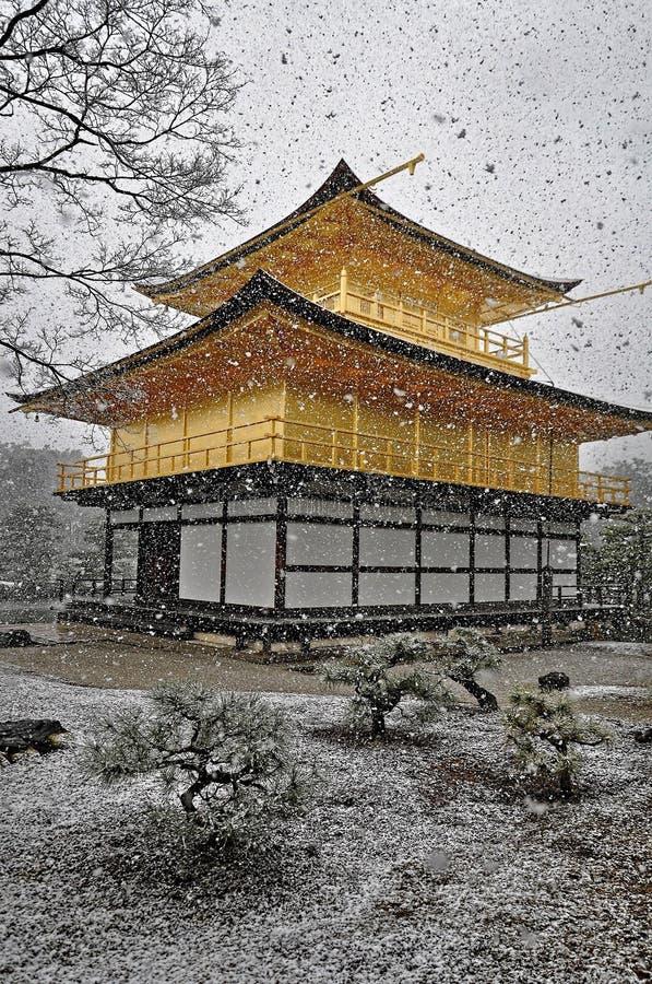 KYOTO, JAPÃO - 10 DE MARÇO DE 2014: Castelo dourado japonês velho, templo de Kinkakuji (o pavilhão dourado) na neve durante o inv imagens de stock royalty free