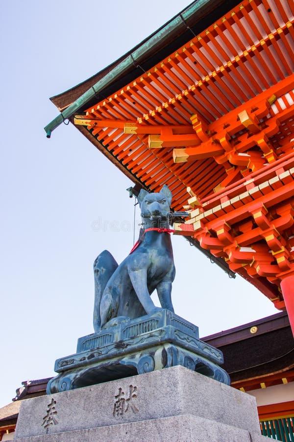 KYOTO, JAPÃO - 12 DE MARÇO DE 2018: Estátua do Fox na porta o da entrada imagem de stock royalty free