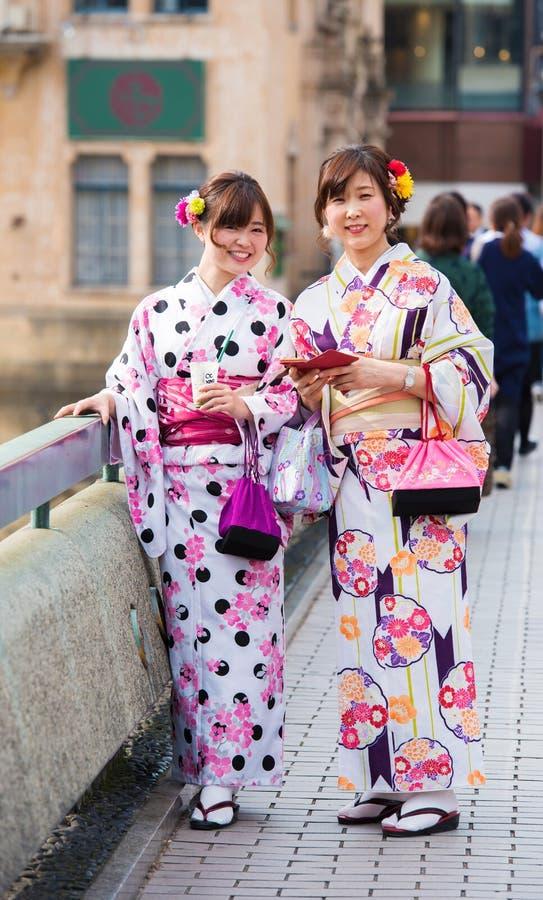 KYOTO, JAPÃO - 7 DE NOVEMBRO DE 2017: Duas meninas em um quimono em uma rua da cidade vertical fotos de stock