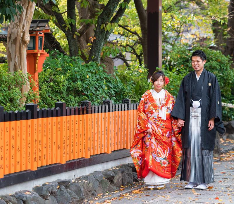 KYOTO, JAPÃO - 7 DE NOVEMBRO DE 2017: Pares em um quimono em um st da cidade imagem de stock