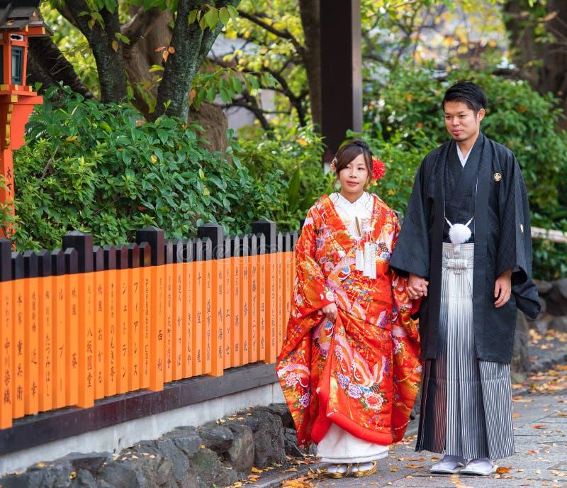 KYOTO, JAPÃO - 7 DE NOVEMBRO DE 2017: Pares em um quimono em uma rua da cidade fotos de stock royalty free