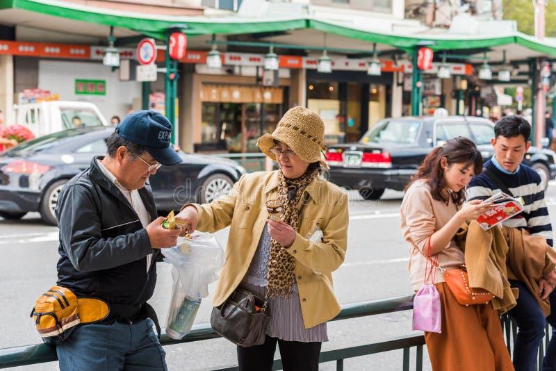KYOTO, JAPÃO - 7 DE NOVEMBRO DE 2017: Pares de turistas em uma rua da cidade Close-up imagens de stock