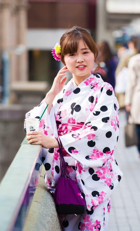 KYOTO, JAPÃO - 7 DE NOVEMBRO DE 2017: Uma menina em um quimono em um st da cidade imagens de stock