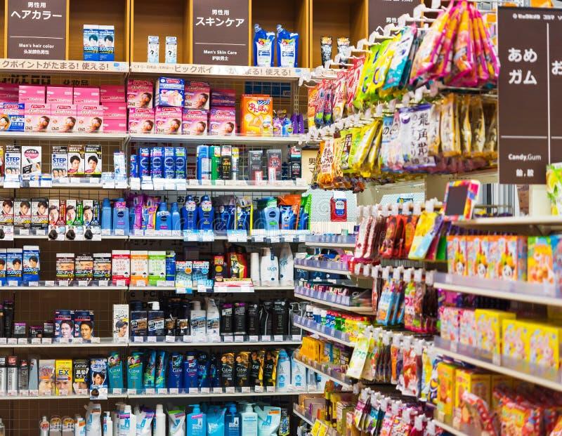 KYOTO, JAPÃO - 7 DE NOVEMBRO DE 2017: Vista das prateleiras com os bens na loja imagens de stock royalty free