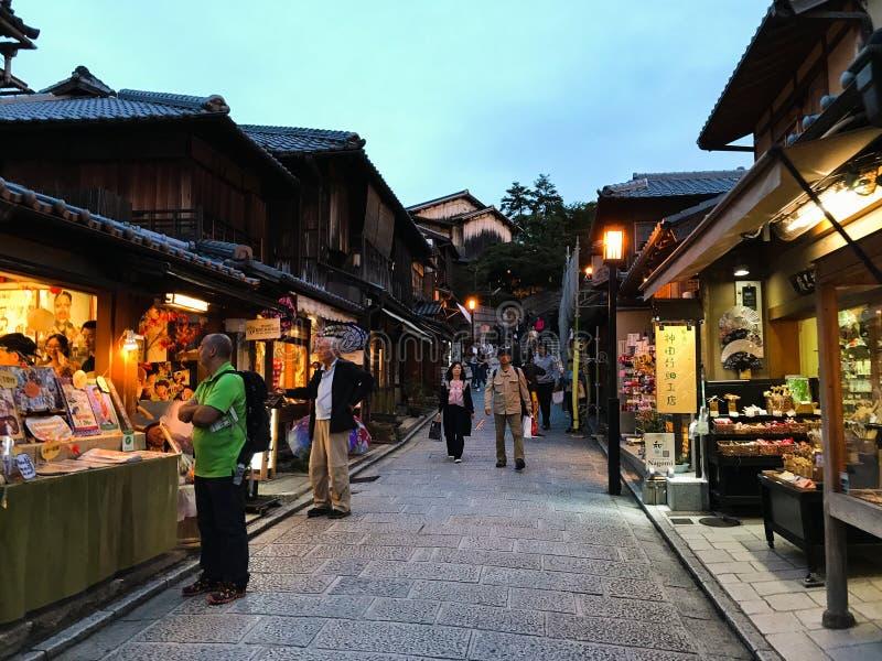 Kyoto, Japão: Opinião da rua de Gion com turistas imagens de stock