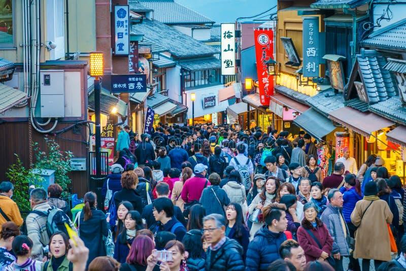 Kyoto, JAPÓN 2 de diciembre: Paseo de los turistas en una calle alrededor de Kiyomi foto de archivo libre de regalías