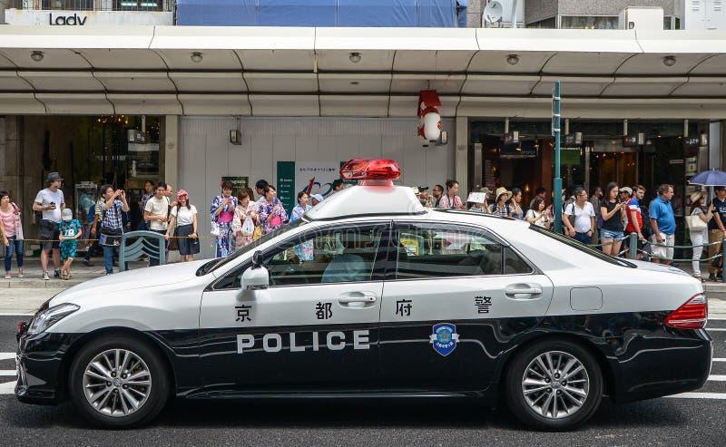 Kyoto, Japón - 24 de julio de 2016 Coche policía en el festival de Gion Matsuri en el día de verano caliente en Kyoto imagen de archivo