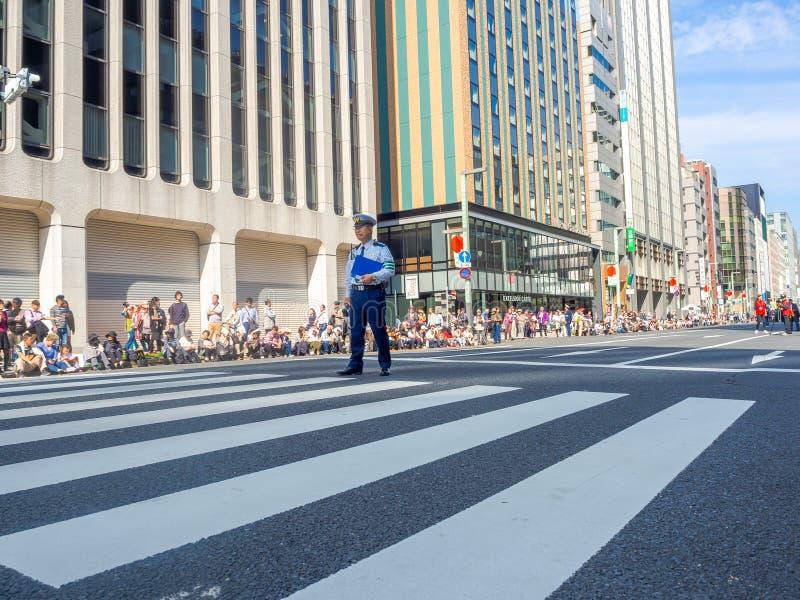 KYOTO, JAPÓN - 5 DE JULIO DE 2017: Policía no identificado que se coloca en el medio de la calle durante un desfile en la calle imágenes de archivo libres de regalías