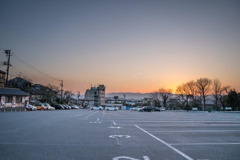 Kyoto, Japón - 2 de marzo de 2018: el área del aparcamiento en Kiyomizu-dera en el tiempo crepuscular listo y prepara turistas y  fotografía de archivo libre de regalías