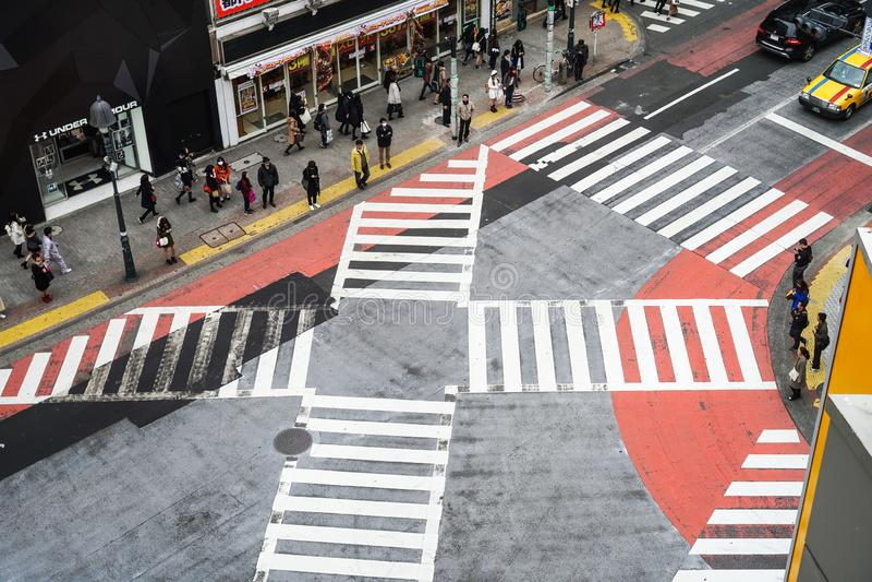 Kyoto, Japón - 12 de marzo de 2016: La población japonesa cruzaba los caminos foto de archivo libre de regalías