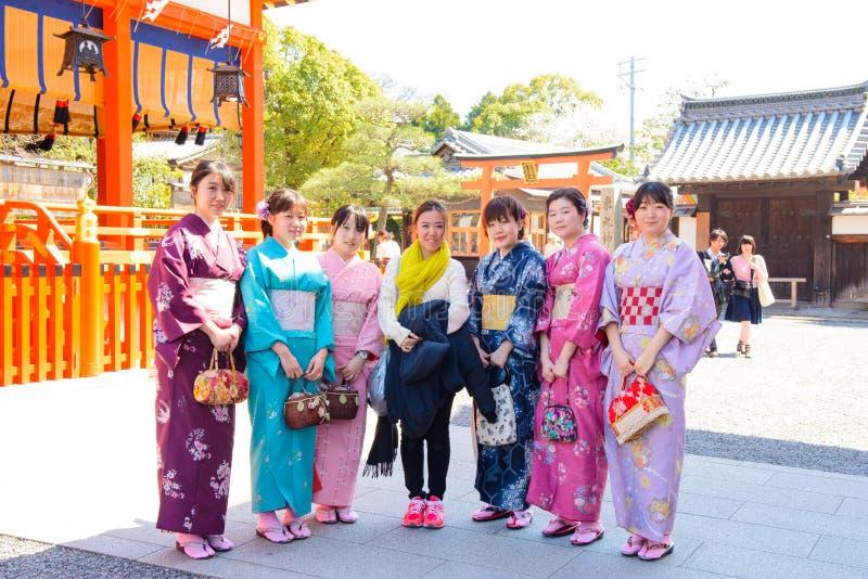 Kyoto, Japón - 28 de marzo de 2015: Mujer turística no identificada con la mujer japonesa en kimono en la capilla Kyoto, Japón de foto de archivo libre de regalías
