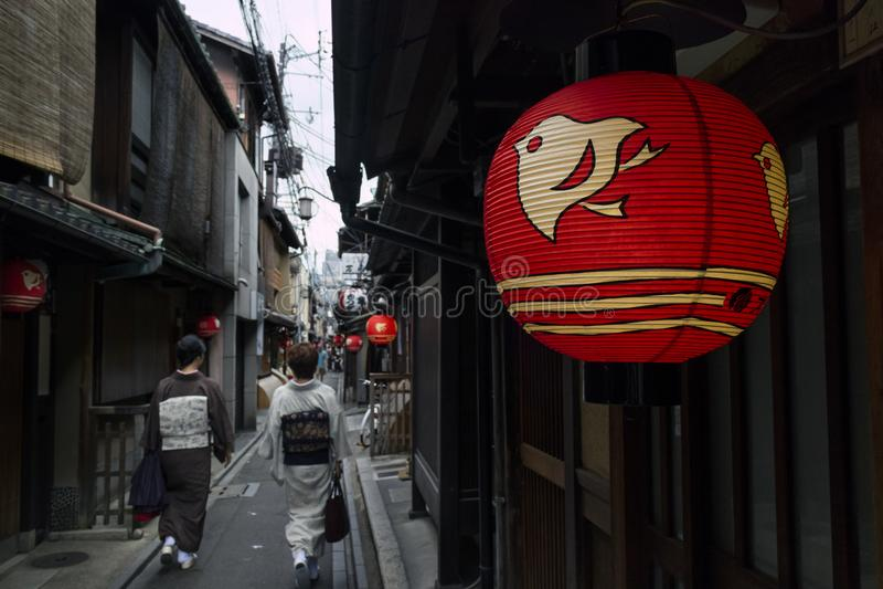 Kyoto, Japón - 17 de mayo de 2017: Pequeña calle en el centro de Kyoto con w fotografía de archivo