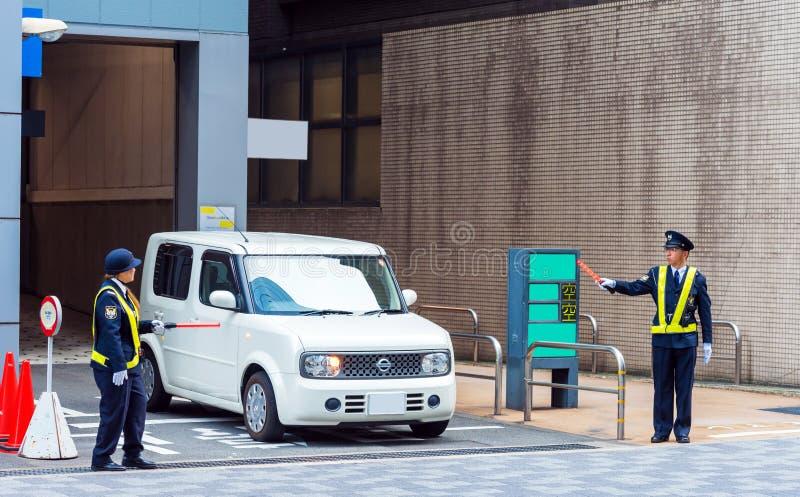 KYOTO, JAPÓN - 7 DE NOVIEMBRE DE 2017: El coche sale del estacionamiento de la ciudad Copie el espacio para el texto fotos de archivo libres de regalías