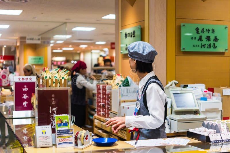 KYOTO, JAPÓN - 7 DE NOVIEMBRE DE 2017: Trabajador en la taquilla en foto de archivo libre de regalías