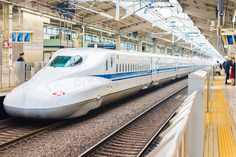 KYOTO, JAPÓN - 7 DE NOVIEMBRE DE 2017: Tren blanco en el ferrocarril Copie el espacio para el texto imagen de archivo libre de regalías