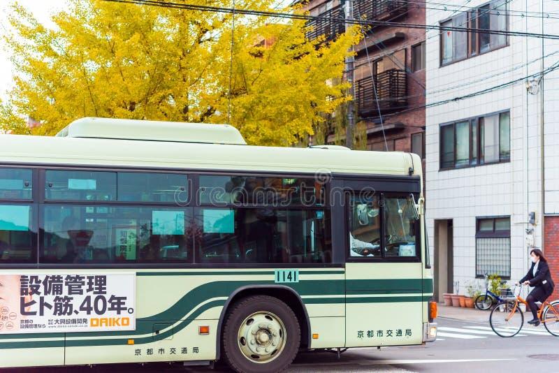 KYOTO, JAPÓN - 7 DE NOVIEMBRE DE 2017: Vista del autobús en la calle de la ciudad Copie el espacio para el texto imagen de archivo libre de regalías