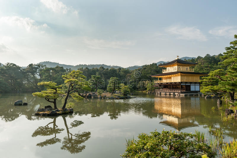 KYOTO, JAPÓN - 9 DE OCTUBRE DE 2015: El templo de Kinkaku-ji del pabellón de oro nombró oficialmente Rokuon-ji El templo del jard fotos de archivo libres de regalías