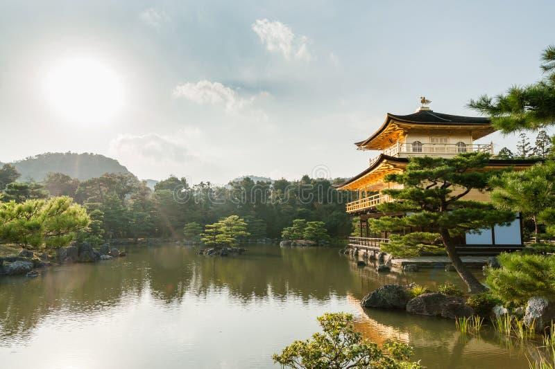 KYOTO, JAPÓN - 9 DE OCTUBRE DE 2015: El templo de Kinkaku-ji del pabellón de oro nombró oficialmente Rokuon-ji El templo del jard foto de archivo