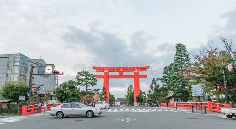 KYOTO, JAPÓN - 8 DE OCTUBRE DE 2015: Puerta de Torii de la capilla de Heian, Kyoto, Japón fotografía de archivo libre de regalías