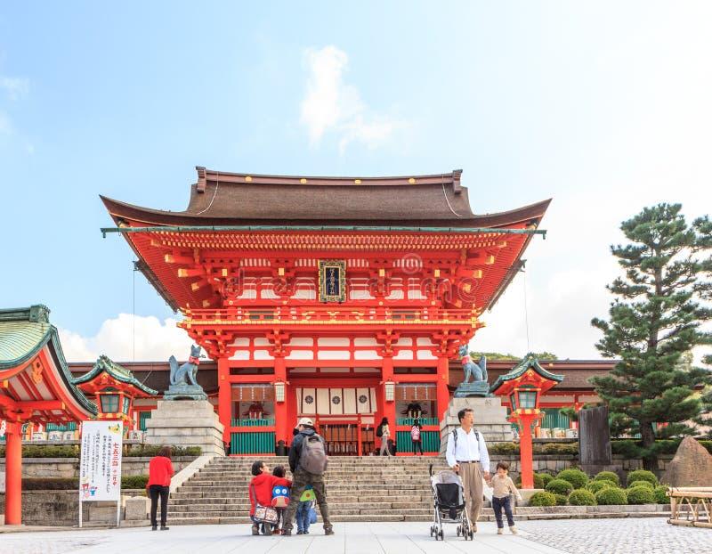 KYOTO, JAPÓN - 30 DE OCTUBRE: Turistas en la capilla de Fushimi Inari en Octo fotografía de archivo