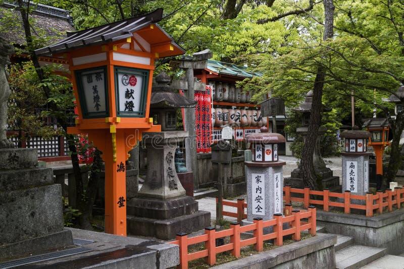 Kyoto, Japón - linternas japonesas en la capilla del jinja de Yasaka fotografía de archivo