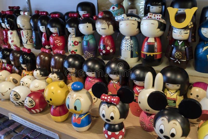 Kyoto - Japón - muñecas de madera del kokeshi para la venta como los regalos o souve imagen de archivo