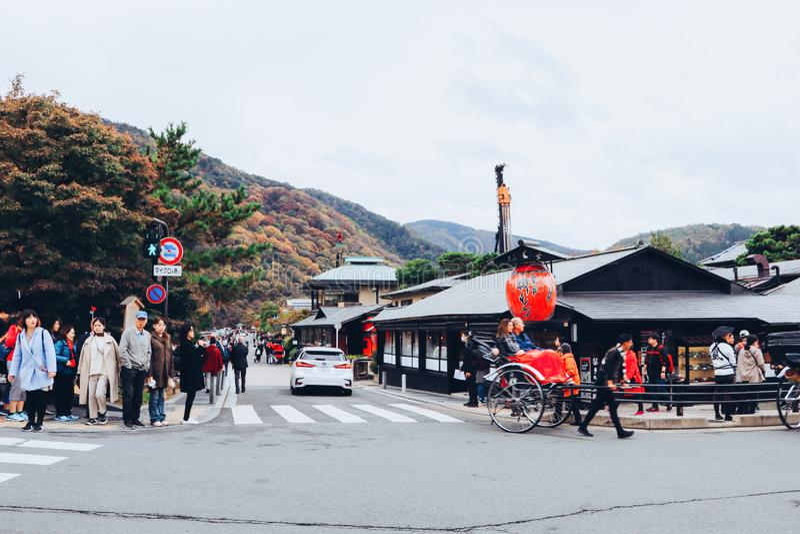 Kyoto, Jap?n - 19 de noviembre de 2018: Calle hermosa con las casas tradicionales de la ciudad vieja de Arashiyama en Kyoto Jap?n fotos de archivo libres de regalías