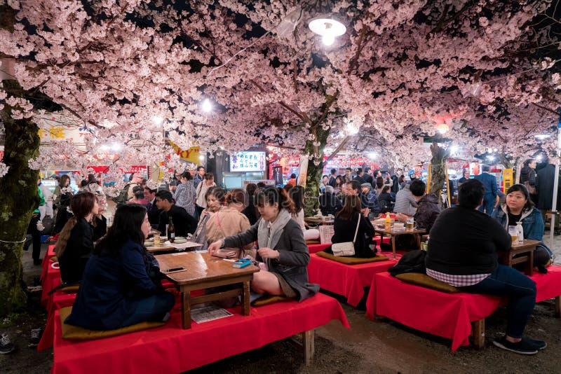 KYOTO JAPAN - APRIL 7, 2017: Japan folkmassor tycker om våren cher arkivfoto