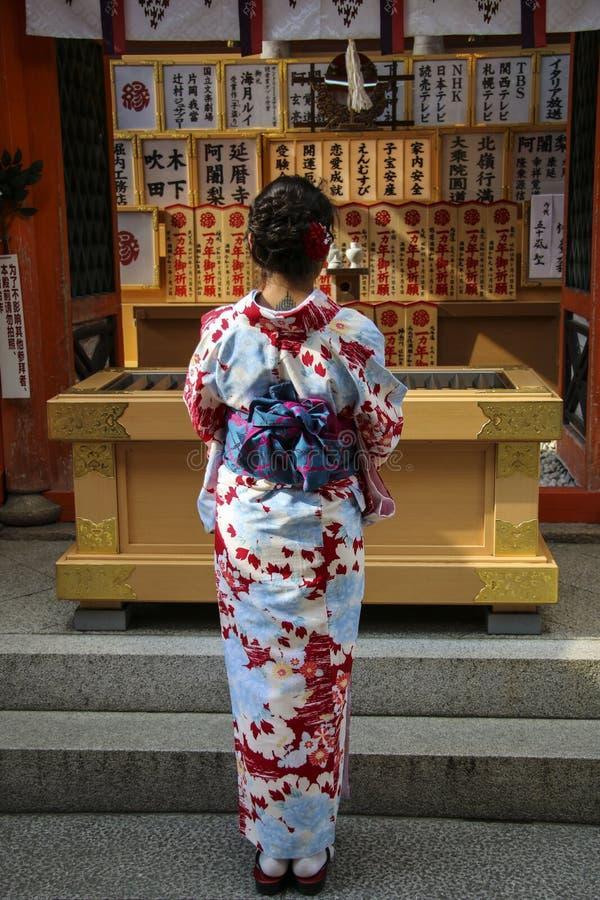KYOTO, JAPAN 3. APRIL 2019: Japanisches Mädchen im Kimonokleid vor Jinja-Jishuschrein am berühmten Kiyomizu-derabuddhisten stockbilder