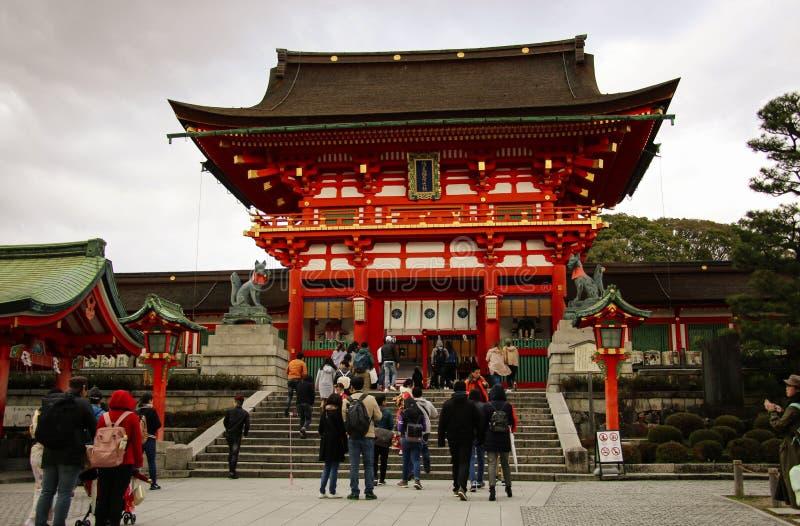 KYOTO, JAPAN - APRIL 02, 2019: Talrijke toeristen bezoeken het Heiligdom van Fushimi Inari Taisha in Kyoto, Japan royalty-vrije stock afbeeldingen