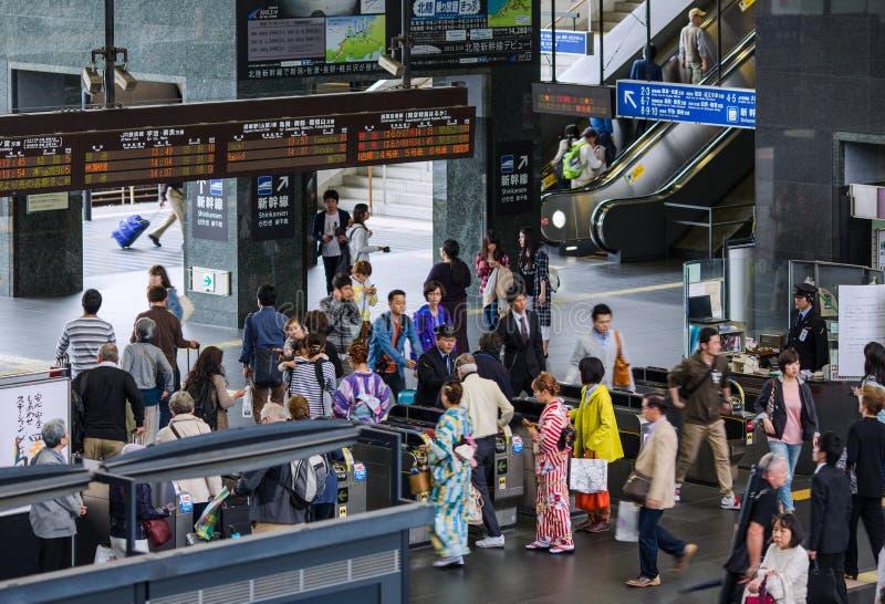 KYOTO JAPAN - APRIL 04, 2015: Vändkors av den Kyoto stationen arkivfoto