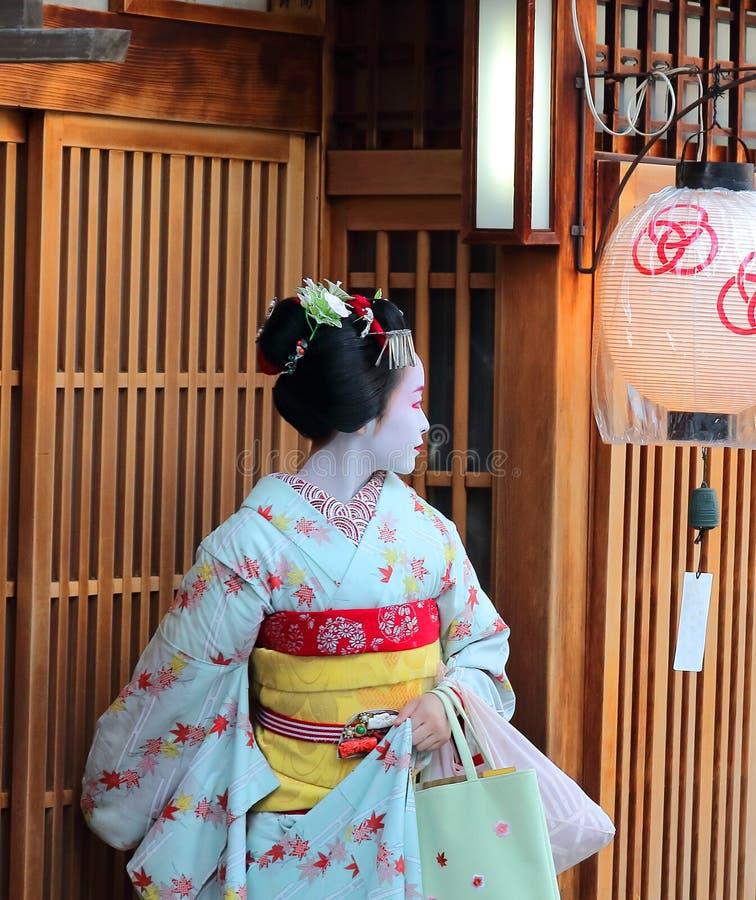 Kyoto, Japan - August, 11. von 2017: Ein maiko, das ein Teehaus in Miyagawacho-Nachbarschaft verlässt lizenzfreies stockbild