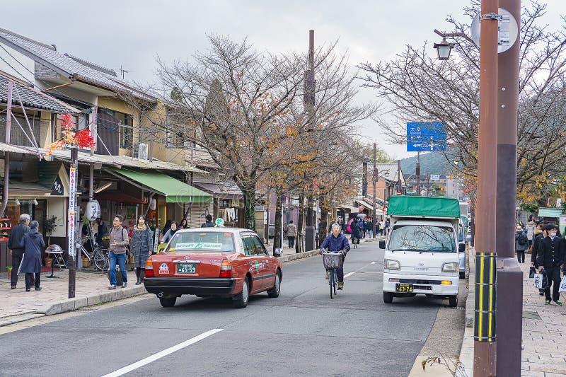 Kyoto Japan - December 3, 2015: Gatasikt av den Arashiyama staden, royaltyfria bilder