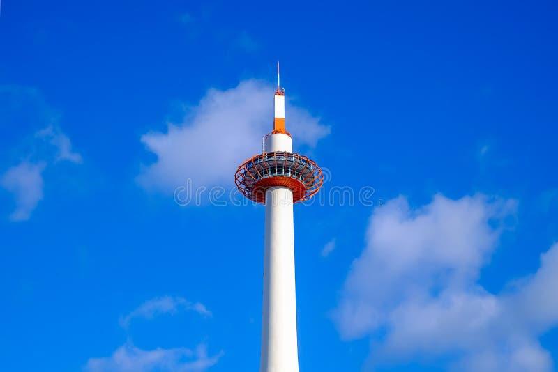 KYOTO Japan - December 17, 2017: JP THtornet är det mest högväxt i Kyoto på en höjd av 131 meter royaltyfria bilder