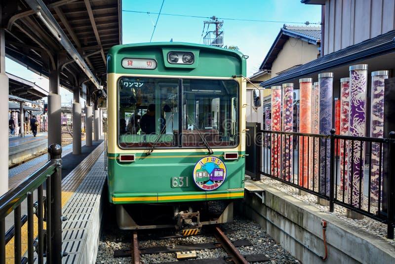 KYOTO JAPAN - December 6, 2016 - Keifuku Randen spårvagnlinje arriv royaltyfria bilder