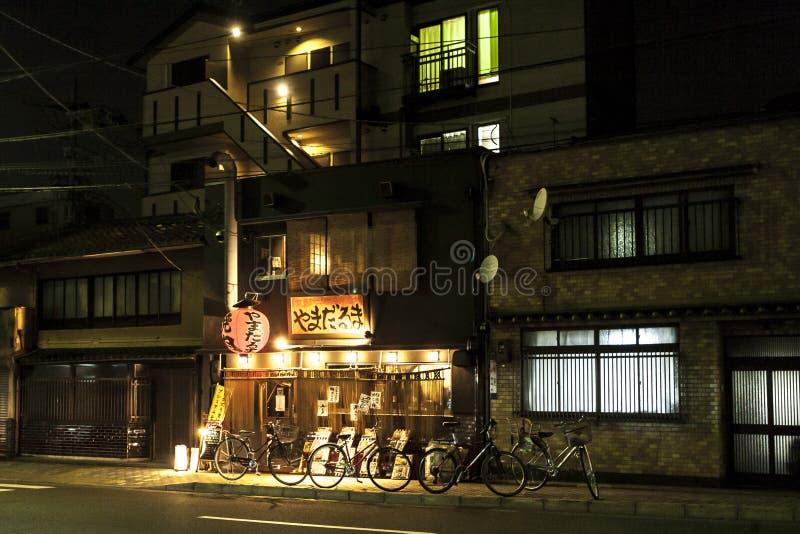 Kyoto Japan - December 26, 2009: Liten traditionell japansk restaurang i Gion på natten arkivfoton