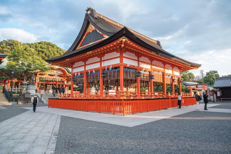 Kyoto Japan-December 14, 2015: sikt av röda Tori Gate på Fushimi royaltyfria foton