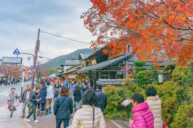 Kyoto Japan - December 3, 2015: Turister på den huvudsakliga gatan i arashiyamaområde arkivbild