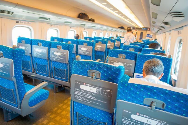 KYOTO, JAPAN - JULI 05, 2017: De binnenmening van JR700 shinkansen ultrasnelle trein het vertrekken Kyoto post in Kyoto, Japan royalty-vrije stock afbeelding