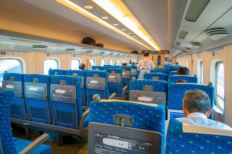 KYOTO, JAPAN - JULI 05, 2017: De binnenmening van JR700 shinkansen ultrasnelle trein het vertrekken Kyoto post in Kyoto, Japan royalty-vrije stock fotografie