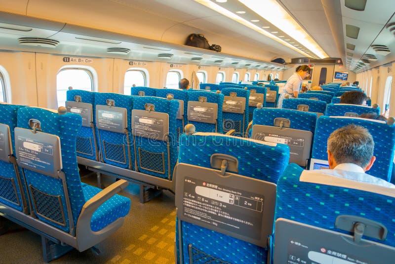 KYOTO, JAPAN - JULI 05, 2017: De binnenmening van JR700 shinkansen ultrasnelle trein het vertrekken Kyoto post in Kyoto, Japan stock afbeelding
