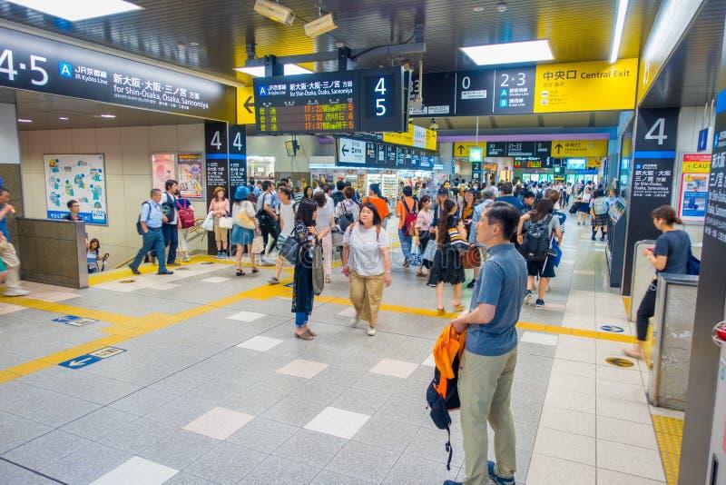 KYOTO, JAPAN - JULI 05, 2017: De mensen haasten zich bij Keihan-Station in Kyoto, Japan Het bedrijf van de Keihanspoorweg werd op stock foto