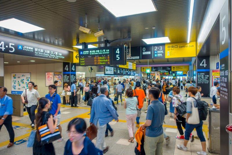 KYOTO, JAPAN - JULI 05, 2017: De mensen haasten zich bij Keihan-Station in Kyoto, Japan Het bedrijf van de Keihanspoorweg werd op royalty-vrije stock foto's