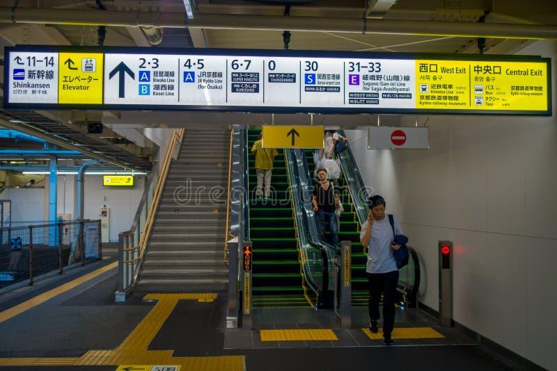 KYOTO, JAPAN - JULI 05, 2017: De mensen haasten zich bij Keihan-Station in Kyoto, Japan Het bedrijf van de Keihanspoorweg werd op stock afbeeldingen
