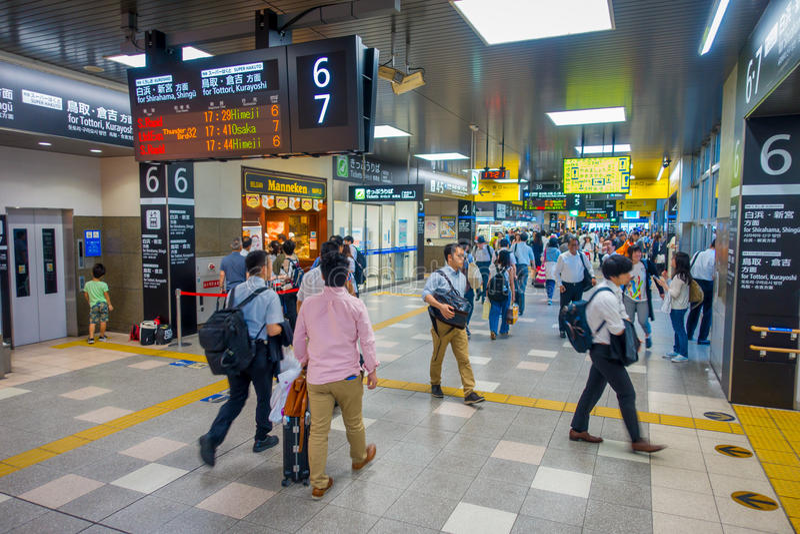 KYOTO, JAPAN - JULI 05, 2017: De mensen haasten zich bij Keihan-Station in Kyoto, Japan Het bedrijf van de Keihanspoorweg werd op stock foto's