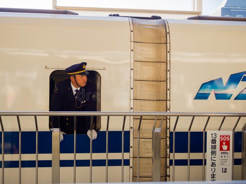 KYOTO, JAPAN - JULI 05, 2017: De niet geïdentificeerde mens die een kostuum binnen van de trein JR700 dragen shinkansen trein het stock foto's