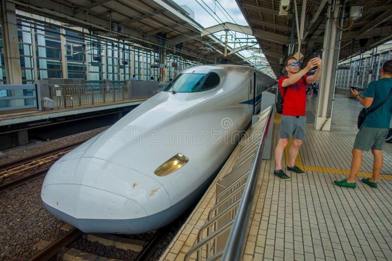 KYOTO, JAPAN - JULI 05, 2017: De niet geïdentificeerde mens die een selfie met een erachter trein tajing, JR700 shinkansen ultras royalty-vrije stock foto's
